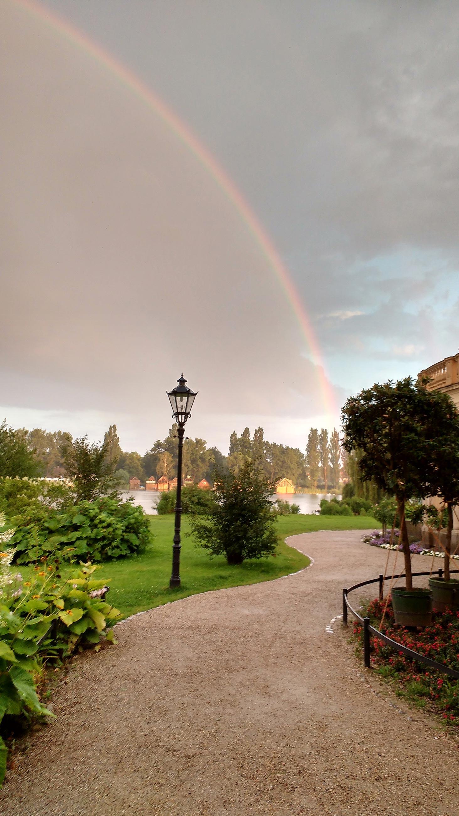 Weg zum Schweriner See mit Regenbogen